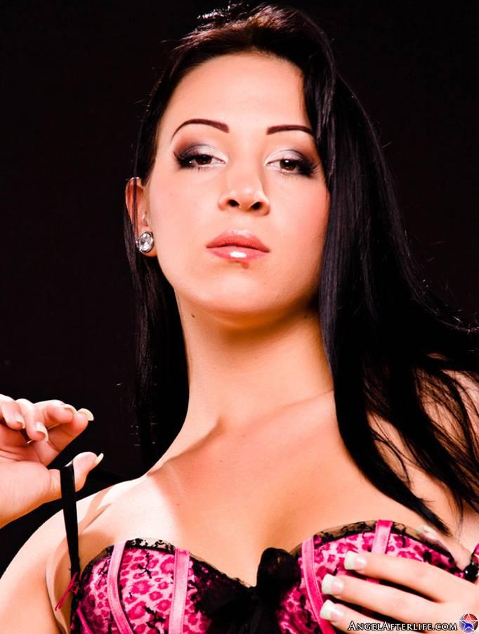 Красивая латинос Alexa Jordan спускает с себя свое эротическое белье и показывает расширенные щелки. Порно красивый.