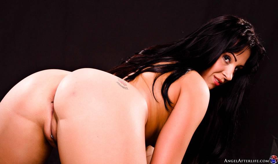 Красивая латинос Alexa Jordan спускает с себя свое эротическое белье и показывает расширенные щелки. Порно латинос.
