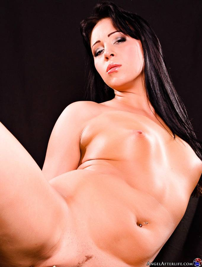 Красивая латинос Alexa Jordan спускает с себя свое эротическое белье и показывает расширенные щелки. Порно снимать.