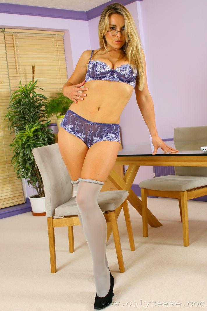 Помошница в очках Kelly Onlytease стягивает свое синее интимное белье и показывает большие дойки. Порно помошница.