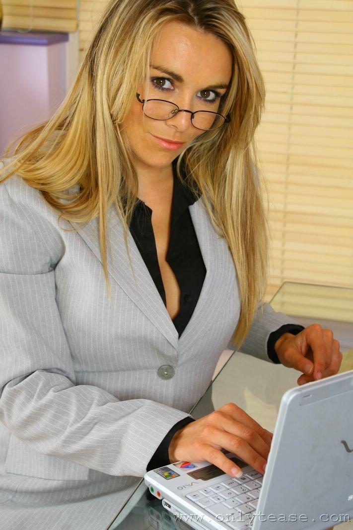 Помошница в очках Kelly Onlytease стягивает свое синее интимное белье и показывает большие дойки. Порно очки.