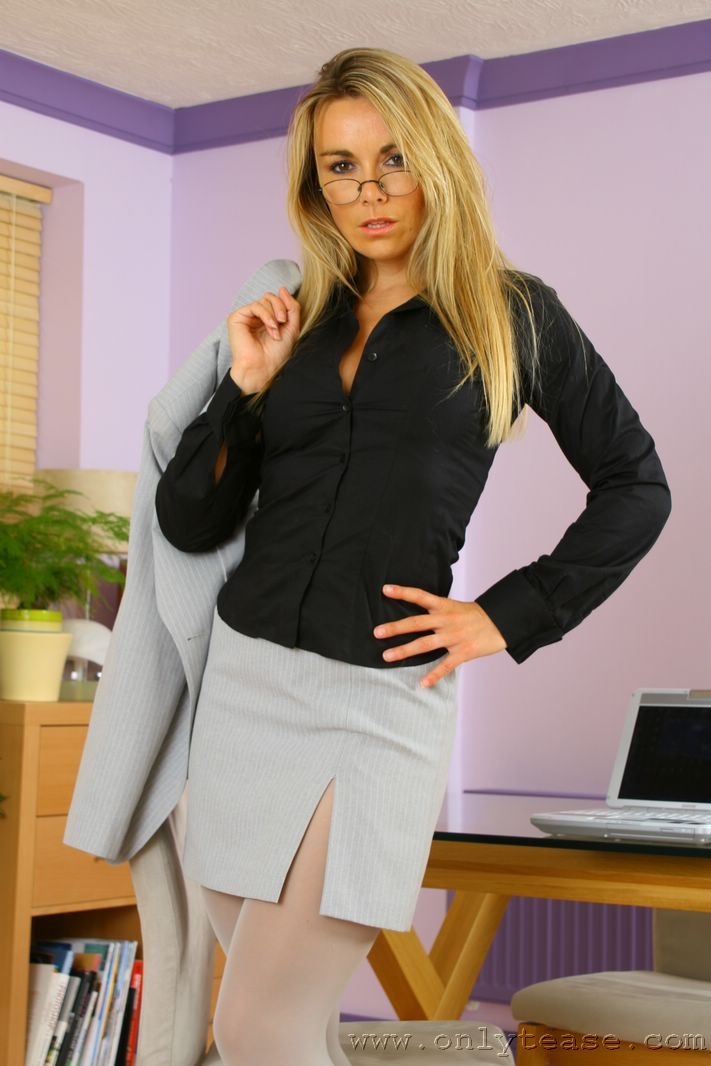 Помошница в очках Kelly Onlytease стягивает свое синее интимное белье и показывает большие дойки. Порно снимать.
