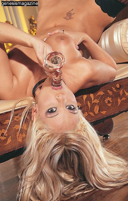 Пышногрудая эффектная светлая порноактриса Кармен Лувана в черном нижнем белье продемонтстрировала свою развратную пизду. Порно черный.