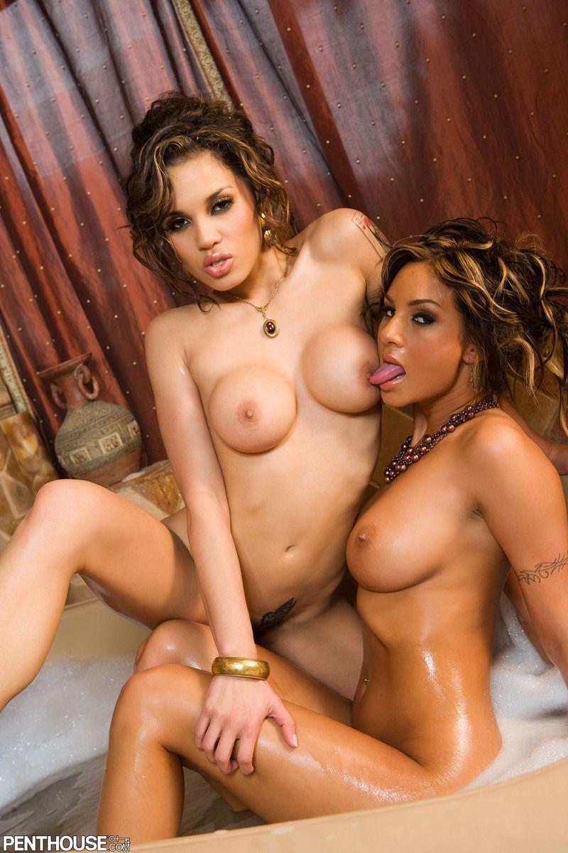 Милые милашки Эми Рейд и Renae  снимают своё нижнее белье в купальне. Порно милашка.