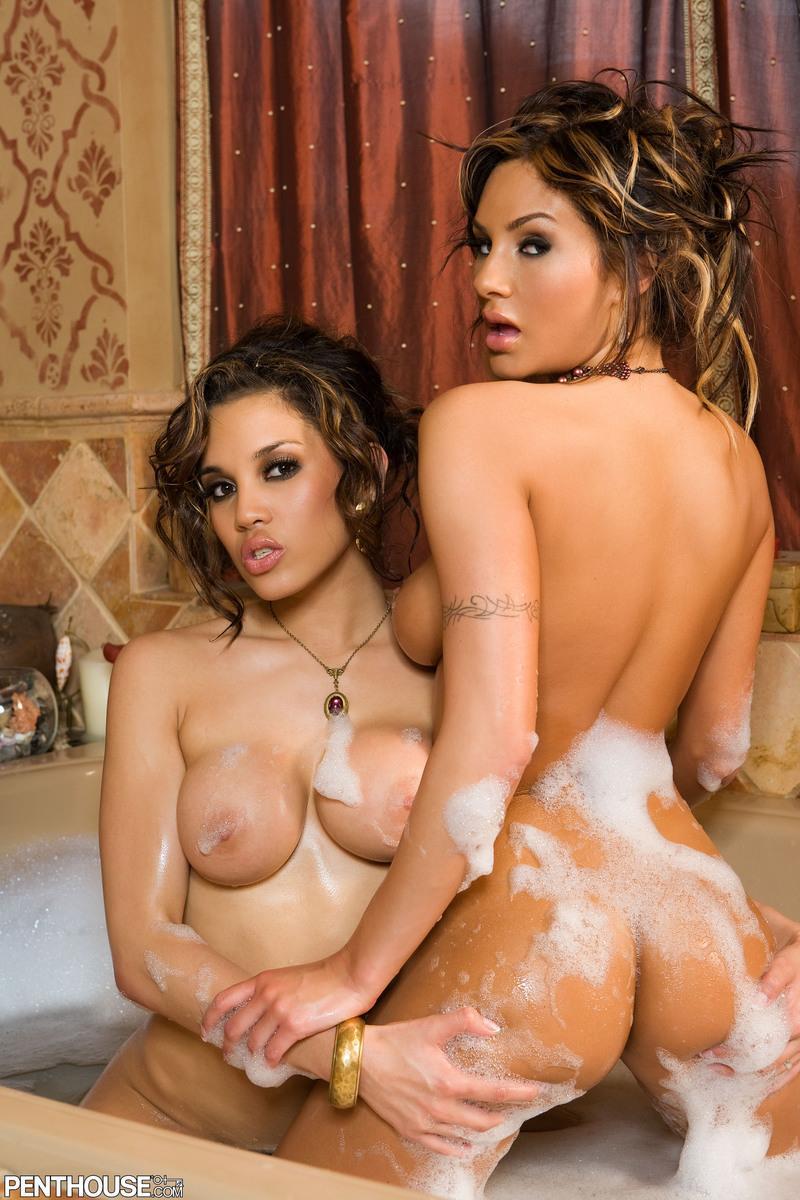 Милые милашки Эми Рейд и Renae  снимают своё нижнее белье в купальне. Порно снимают своё.