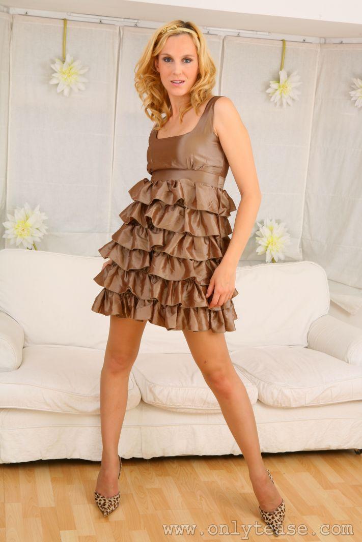 Хорошенькая блондинка в просвечивающих колготках Joceline стягивает свое прекрасное платье и лифчик. Порно блондинка.