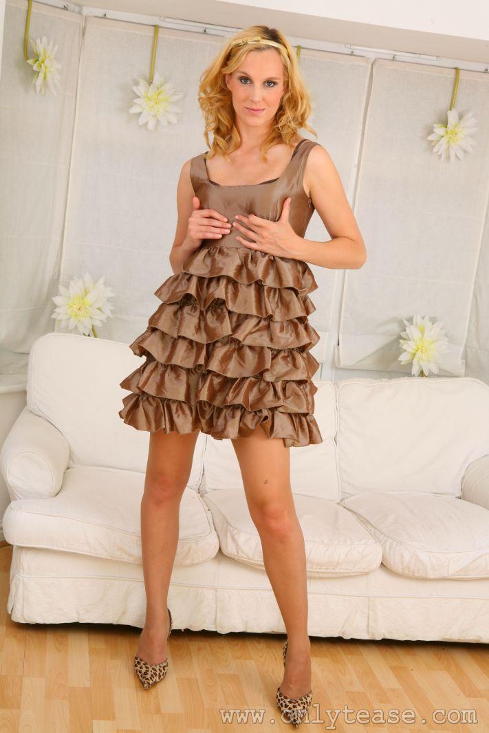 Хорошенькая блондинка в просвечивающих колготках Joceline стягивает свое прекрасное платье и лифчик. Порно хорошенький.