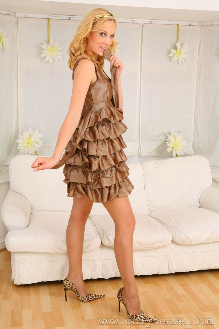 Хорошенькая блондинка в просвечивающих колготках Joceline стягивает свое прекрасное платье и лифчик. Порно снимать.