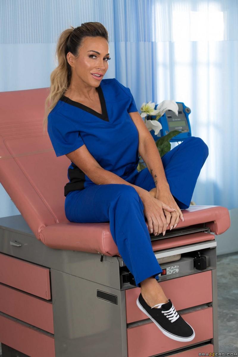 Обнаженная медсестричка массирует себя. Порно обнаженный.
