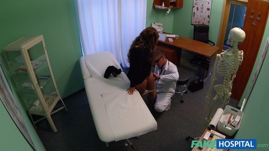 Врач поимел на диване роскошную мамашу. Порно симпатичную женщину.