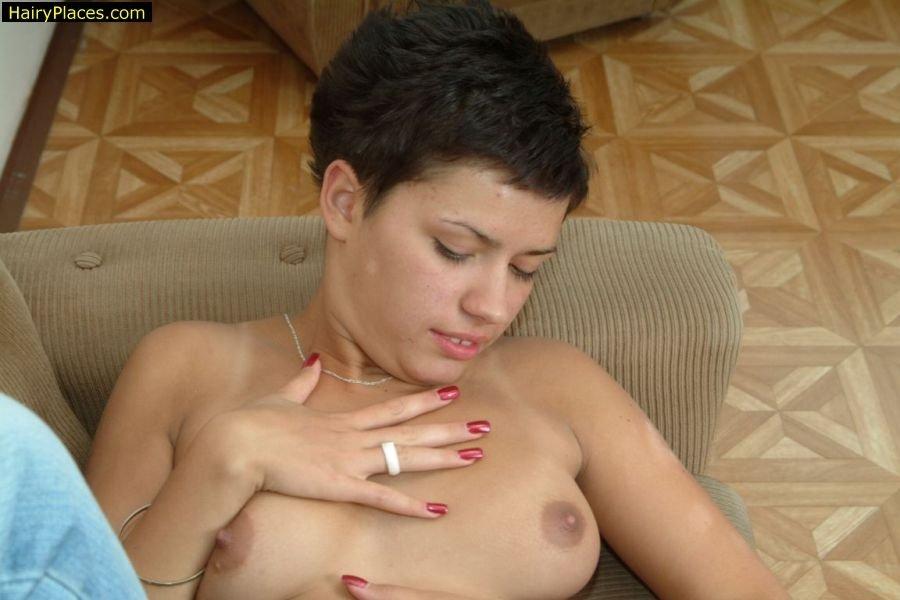 Тёлка лижет свою грудь и демонстрирует свою мохнатую вагину, широко раздвигая ноги для фотосессии. Порно широко раздвигая.