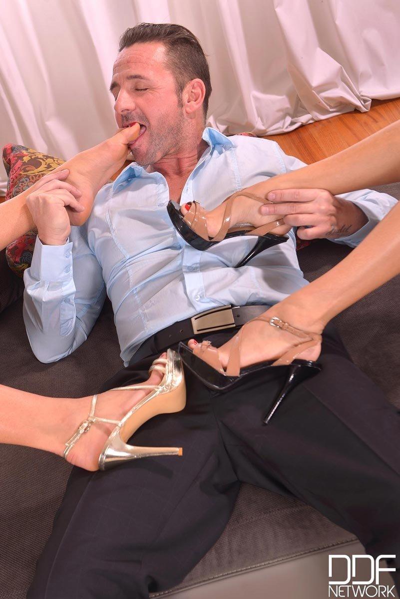 Кавалер трахнул соблазнтельную француженку Аниссу Кейт и ее блондинистую девушку. Порно кавалер.