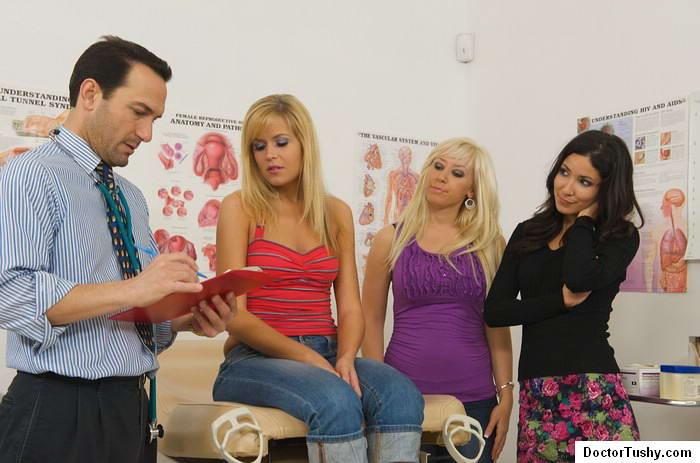 2е дамочки привели к врачу сожительницу и смотрят за обследованием. Порно дамочка.