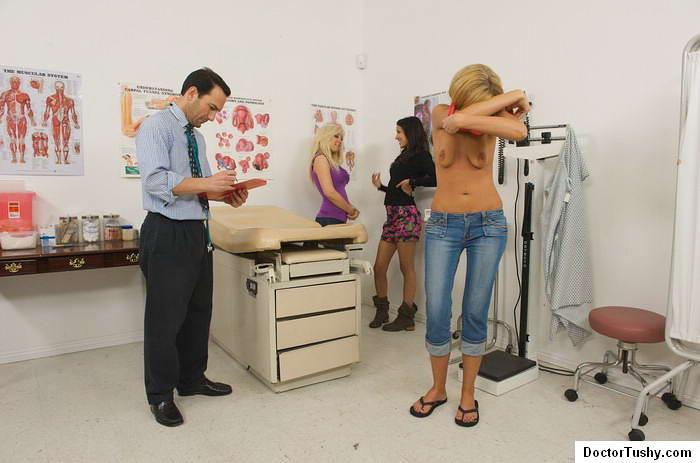 2е дамочки привели к врачу сожительницу и смотрят за обследованием. Порно смотрят обследованием.
