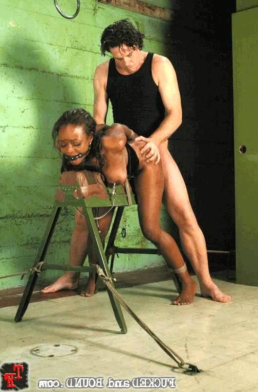 Парень жестоко трахнул рабыню негритяночку. Порно жестокий.
