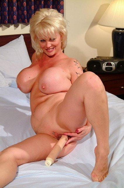 Опытная блондиночка с огромными сиськами показывает всем свою дырку и сует туда игрушку. Порно опытный.
