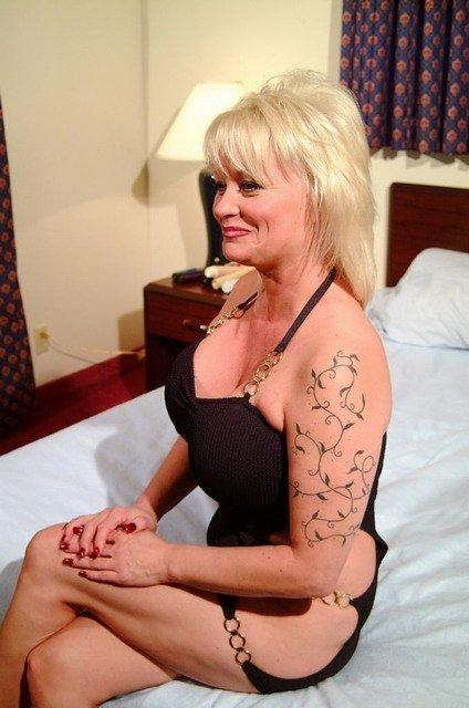 Опытная блондиночка с огромными сиськами показывает всем свою дырку и сует туда игрушку. Порно дырочку сует.