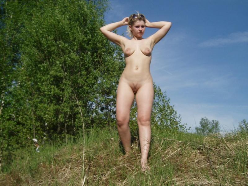 Взрослая тетя обнажилась в естественной среде. Порно тетя обнажилась.