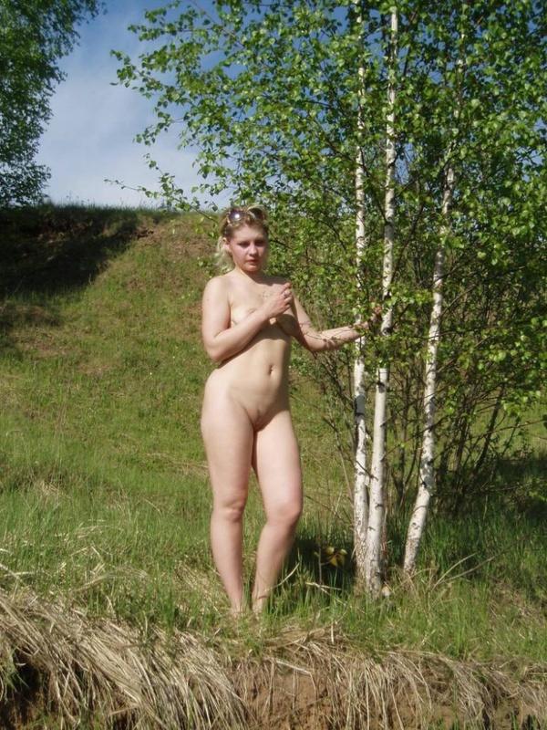 Взрослая тетя обнажилась в естественной среде. Порно тетя.